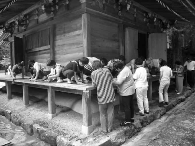 高野山孔雀堂で清掃奉(東〜面北面)