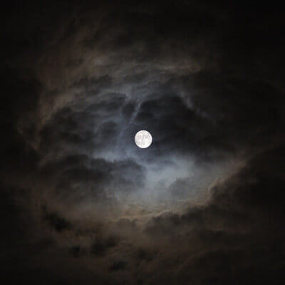 闇夜の満月