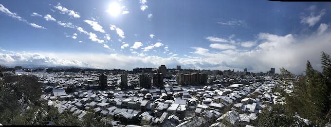 宝泉寺境内から見る雪の金沢