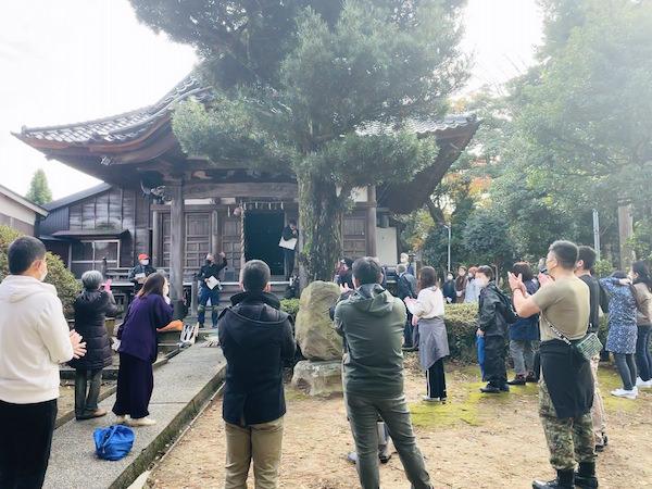第51回木の芽会〈おかげさま報恩行〉石田副会長ごあいさつを聞いて一同、拍手。